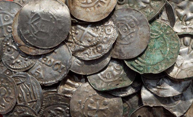 alcune monete ritrovate in seguito alla scoperta del 13enne