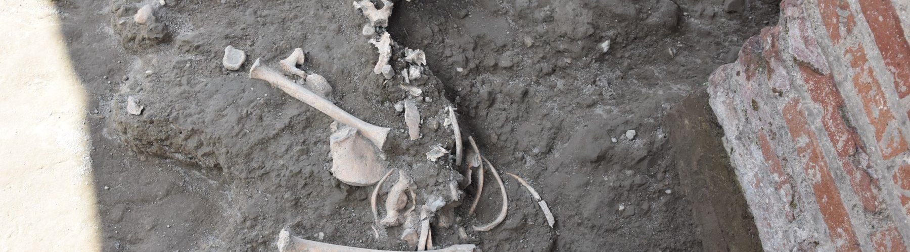 lo-scheletro-del-bimbo-ritrovato-a-pompei