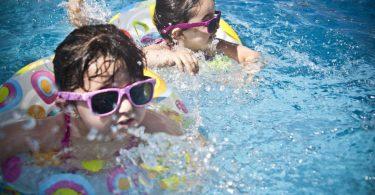 anziano-costruisce-piscina-per-i-bambini-del-vicinato