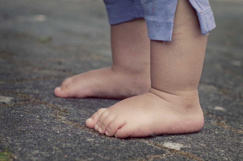 i-bambini-dovrebbero-camminare-scalzi