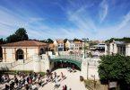 Puy du Fou assume dei corvi per tenere pulito il parco a tema