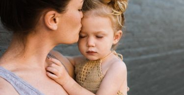 Il metodo Holding per calmare le crisi di pianto e rabbia