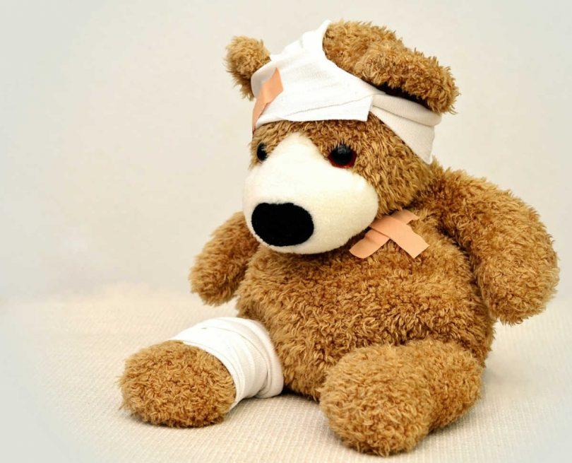 Opera il suo orsacchiotto per incoraggiare il bambino all'intervento