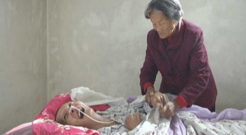 Esce dal coma dopo 12 anni e trova sua madre che non lo ha mai abbandonato