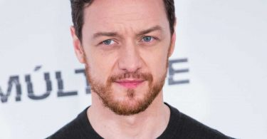 James McAvoy vende per beneficienza la camicia piena di autografi