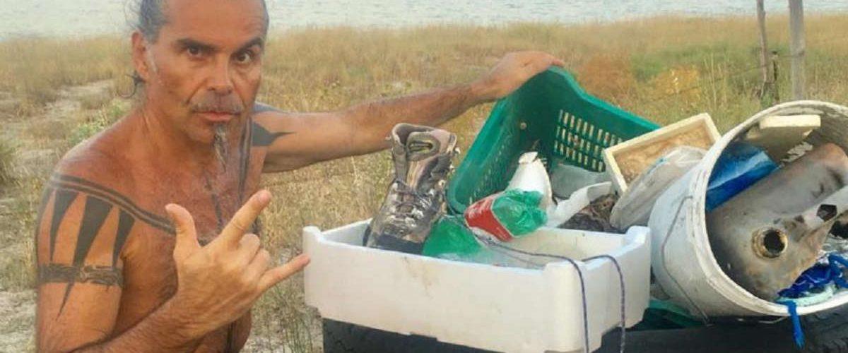Piero Pelù raccoglie i rifiuti in spiaggia per difendere l'ambiente