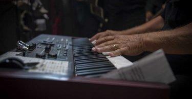 Jazzista suona il pianoforte durante l'intervento chirurgico